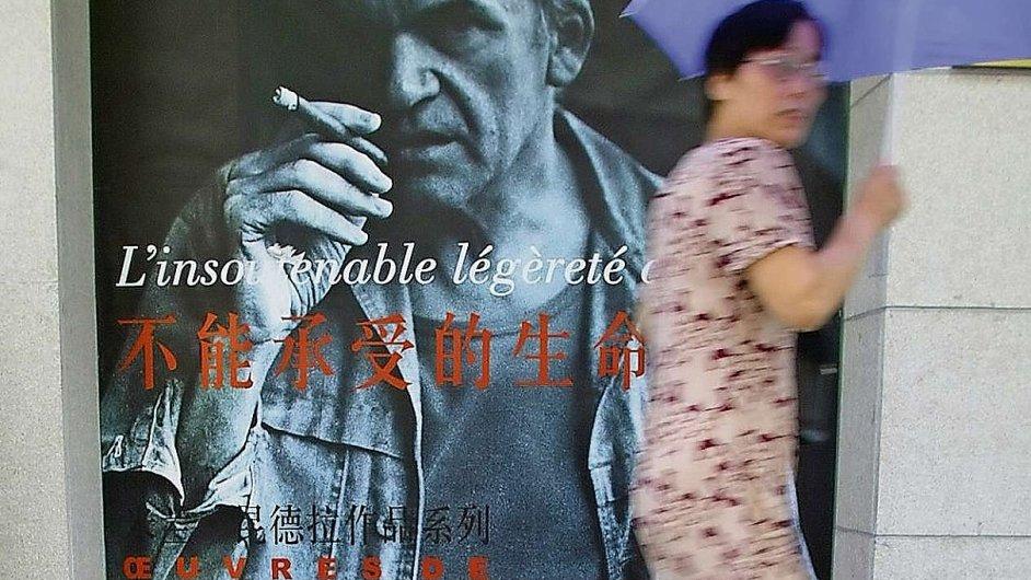 Fotografie plakátu propagujícího na ulici Šanghaje dílo Milana Kundery byla pořízena v roce 2003.