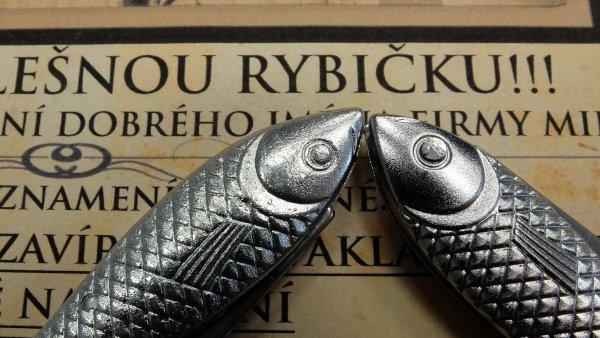 Pravá rybička: napohled odté falešné je knerozeznání, měla ilogo výrobce Mikov. Na snímku je vlevo originál značky Mikov, vpravo plagiát v vystouplým nýtem v oku rybičky.