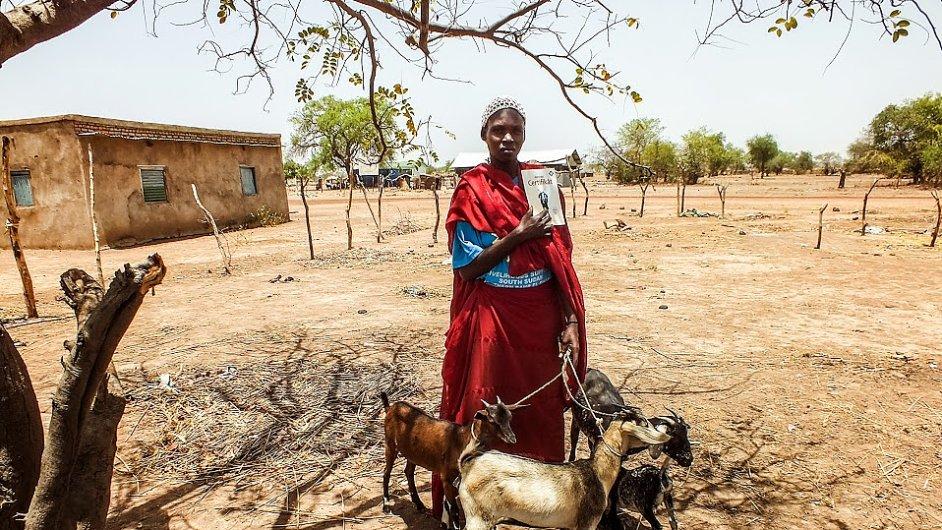 Jedna ze šťastných majitelek koz darovaných díky projektu Skutečný dárek Člověka v tísni.