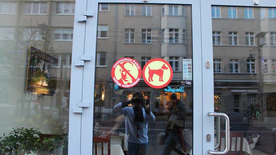 Cedule na dveřích gdyňské restaurace povoluje vstup psům, přívrženci Putina však mají vstup zakázán.