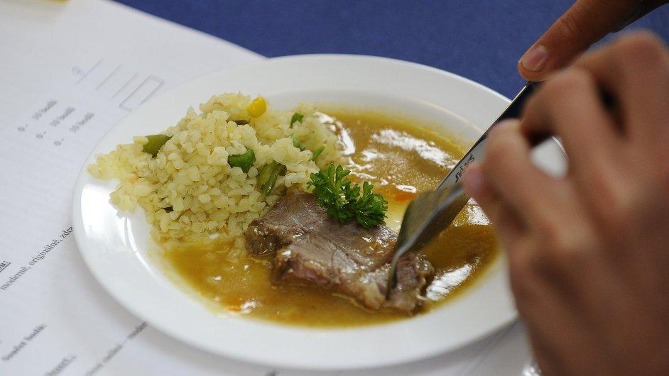 Osm procent všech zaměstnanců vůbec nechodí na oběd. Šedesát pět procent chodí do restaurace (ilustrační foto).
