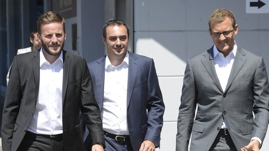 Popravé ruce čtyřicetiletého vlastníka Sparty Daniela Křetínského (zcela vpravo) kráčí nový generální ředitel klubu Adam Kotalík. Zcela vlevo jde pak šéf sportovního úseku klubu Jakub Otava.