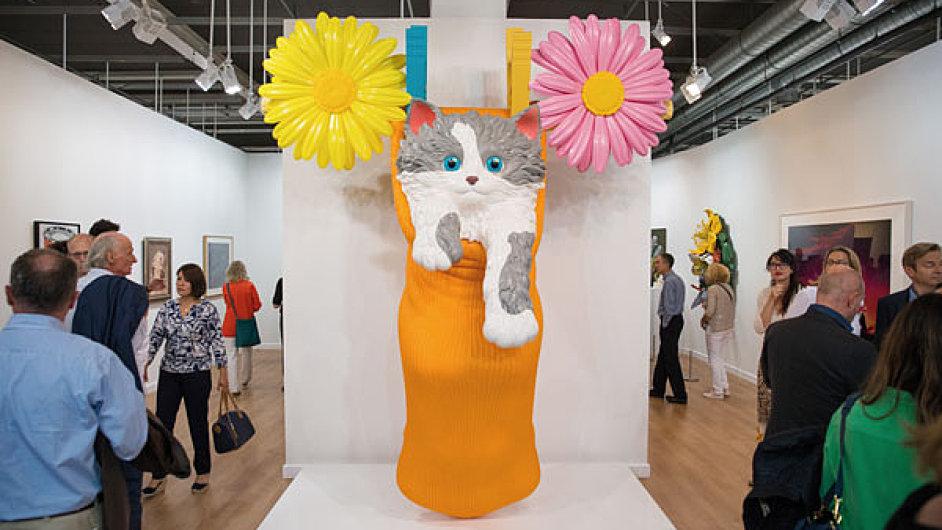 Na snímku z veletrhu Art Basel obří kotě od Jeffa Koonse.