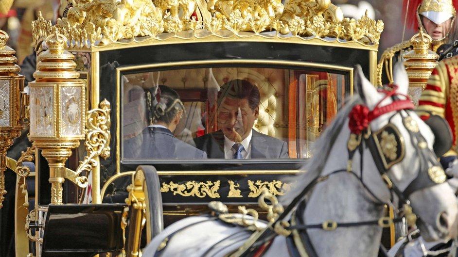 Britská královna Alžběta II. a čínský prezident Si Ťin-pching projížděli v kočáře centrem Londýna.