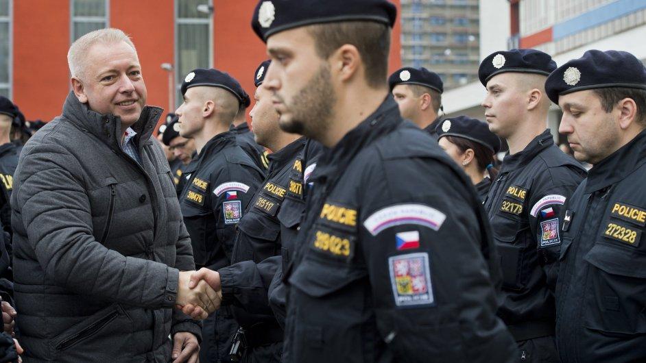 Padesát českých policistů odjelo 29. října do Maďarska, kde budou pomáhat při střežení hranic. S policisty se přišel rozloučit ministr vnitra Chovanec.