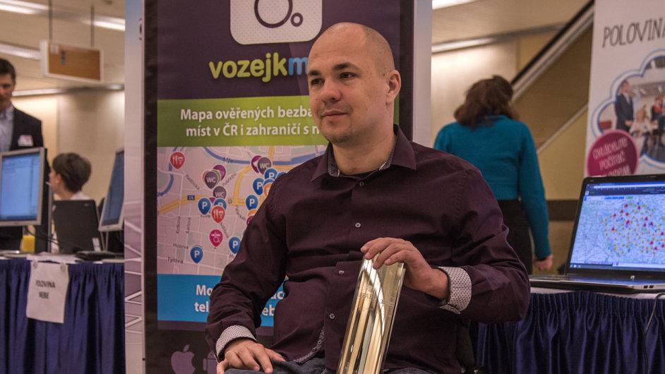 Stanislav Kubík přebírá za Asociaci paraplegiků Cenu Rafael nadace Vodafone v 1. ročníku soutěže