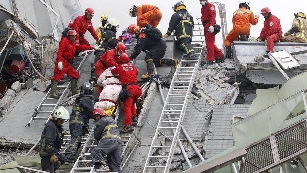 Záchranné práce v bytovém komplexu ve městě Tchaj-nan.
