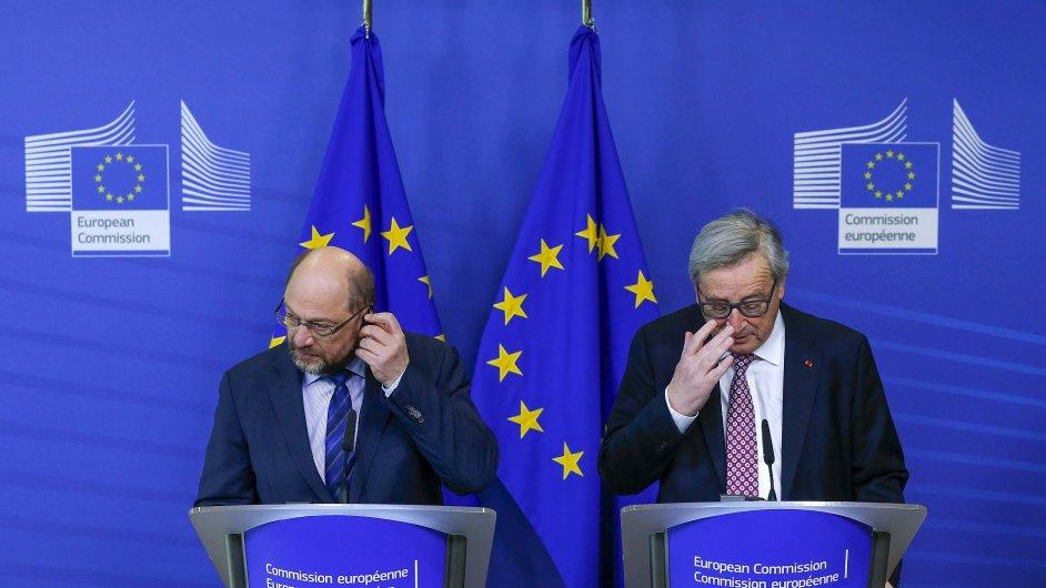 Martin Schulz a Jean Claude Juncker na tiskové konferenci před čtvrtečním summitem v Bruselu.