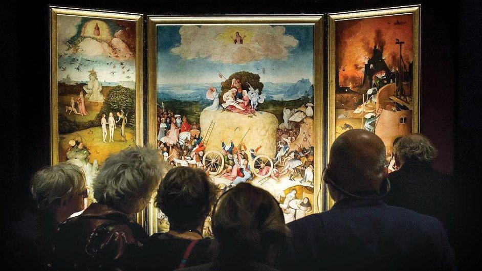 Návštěvníci obdivují dílo Hieronyma Bosche.