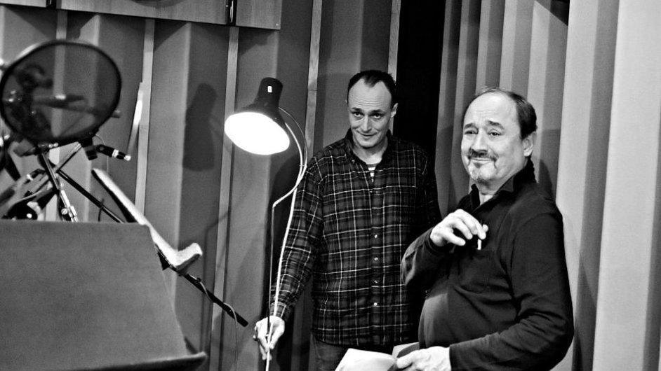 Snímek z natáčení rozhlasové adaptace Snu noci svatojánské. Vlevo je herec Karel Dobrý, vpravo Viktor Preiss.