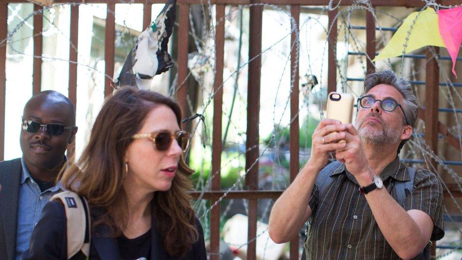 Spisovatel Michael Chabon (vpravo) při návštěvě Hebronu.