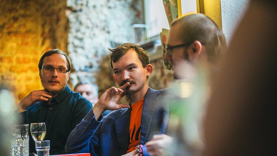 Na snímku z pražské kavárny Fra jsou zleva Alexej Sevruk, básník Váno Krueger a Miroslav Tomek.