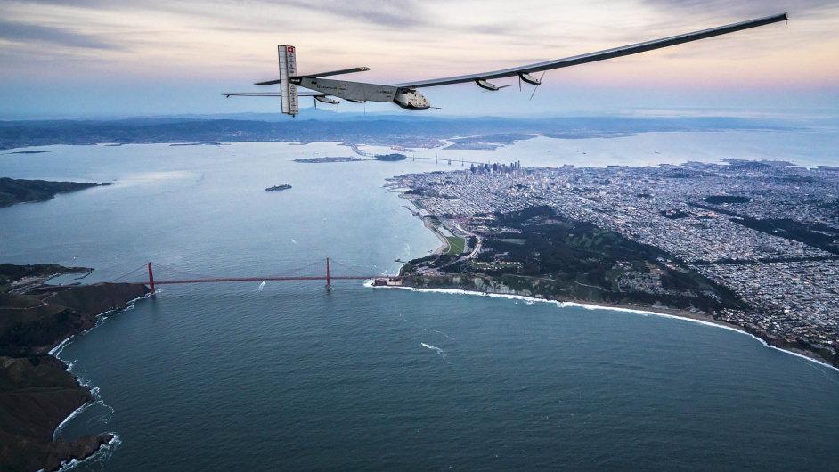Výkon pro knihu rekordů. Letoun Solar Impulse 2 se před rokem a čtvrt vydal nacestu kolem světa. K vidění byl nad San Franciskem.
