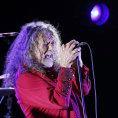 Robert Plant letos dvakr�t podpo�il uprchl�ky � v��ervnu v�Lond�n� vystoupil na charitativn�m�koncert�, v��noru pro �erven� k�� zp�val na�minialbu The Long Road.