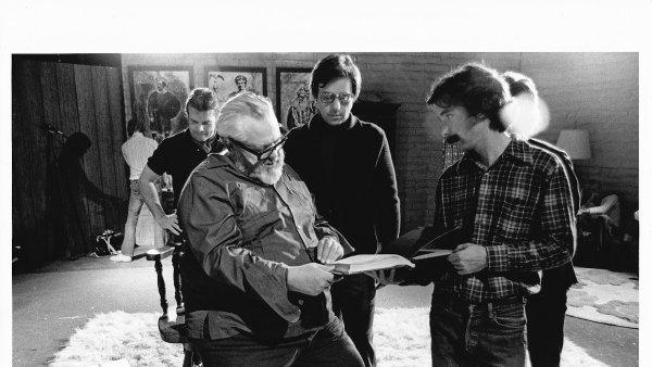 Na snímku z natáčení filmu The Other Side of the Wind jsou Orson Welles (uprostřed) a Peter Bogdanovich (vzadu s brýlemi).