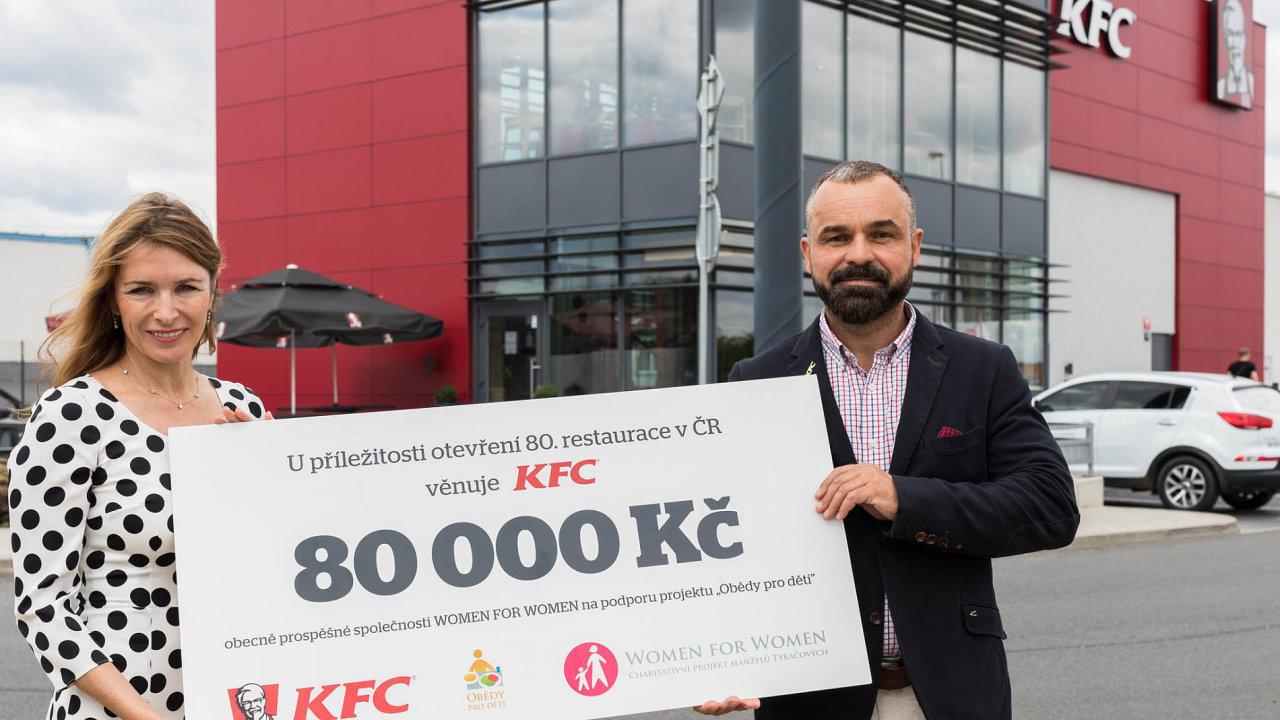 Dar vhodnotě symbolických 80 tisíc předal ředitel KFC Lubor Hubík ředitelce Women for Women ainiciátorce projektu Obědy pro děti Ivaně Tykač.