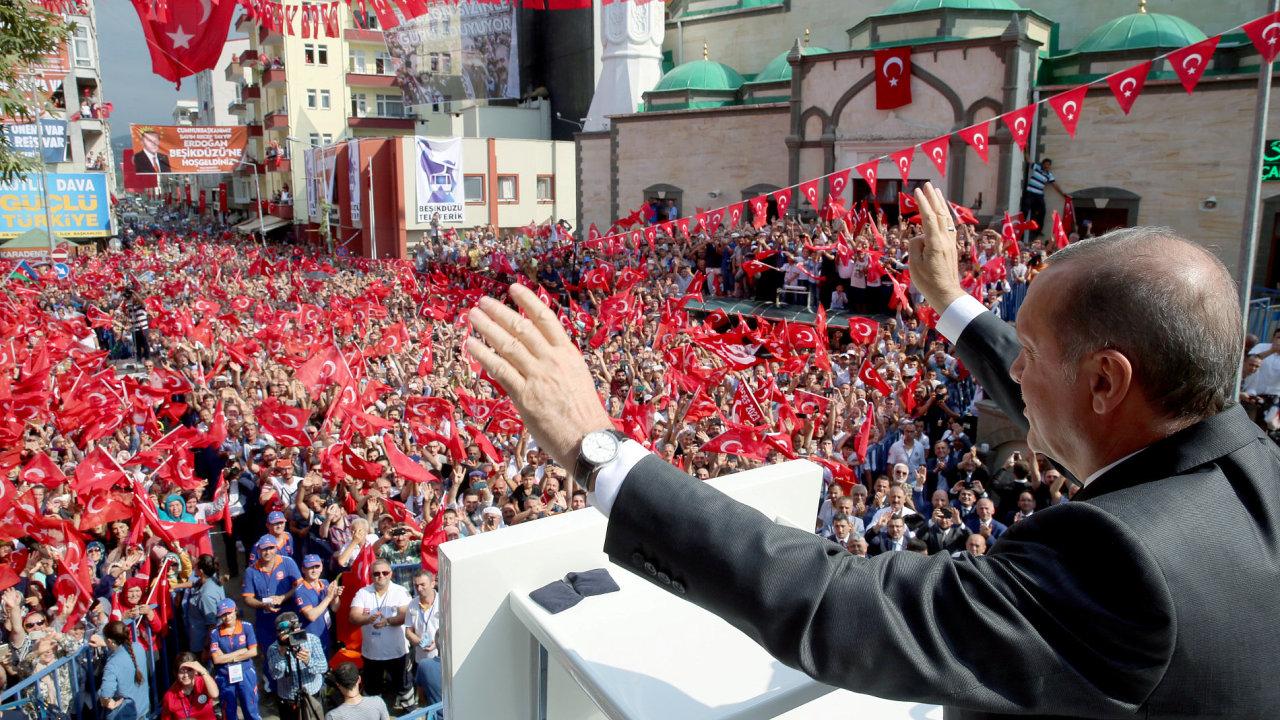 Na snímku ze začátku srpna je turecký prezident Recep Tayyip Erdogan. Od loňského pokusu o puč jeho vláda nechala zavřít 50 tisíc lidí.