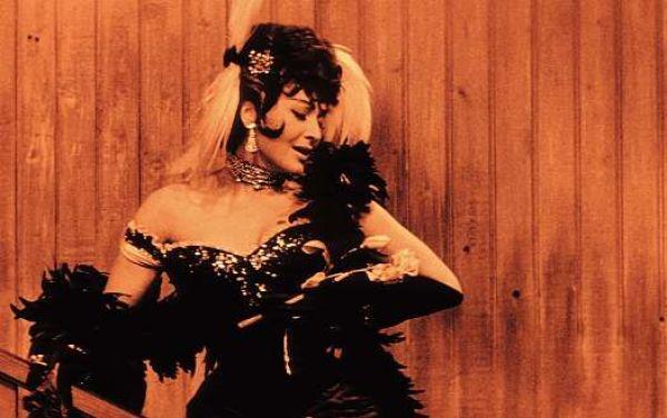 Květa Fialová jako arizonská pěnice Tornado Lou v legendární komedii Oldřicha Lipského Limonádový Joe.