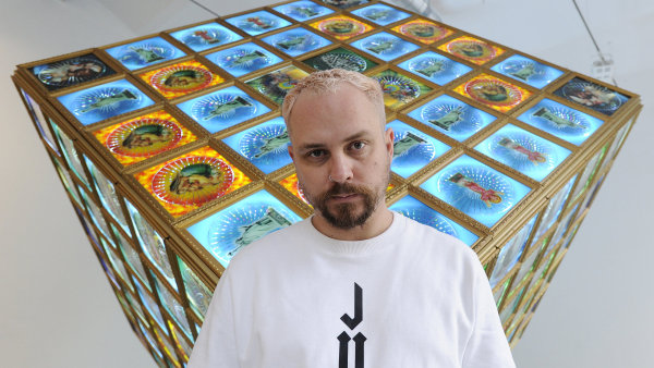 Světelnou krychli Pasta Oner (na snímku) sestavil z 25 různých podob křesťanského a islámského náboženství.
