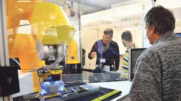 Robotická expozici v pavilónu C na stánku Foxconn 4Tech.