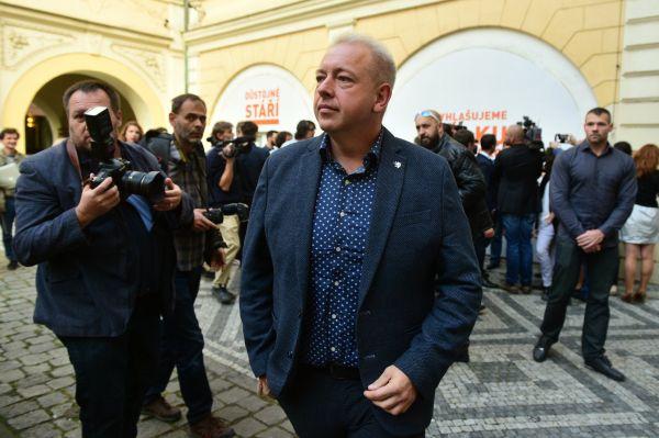Zástupci ČSSD sledovali 21. října v Lidovém domě v Praze výsledky sněmovních voleb. Statutární místopředseda strany Milan Chovanec hovoří s novináři