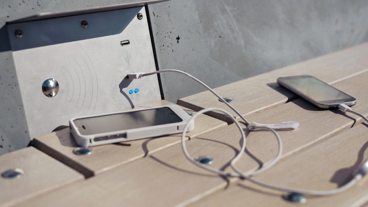 Chytrá solární lavička nabíjí přístroje pomocí USB zásuvek a nabízí i indukci pro telefony, které bezdrátové nabíjení podporují