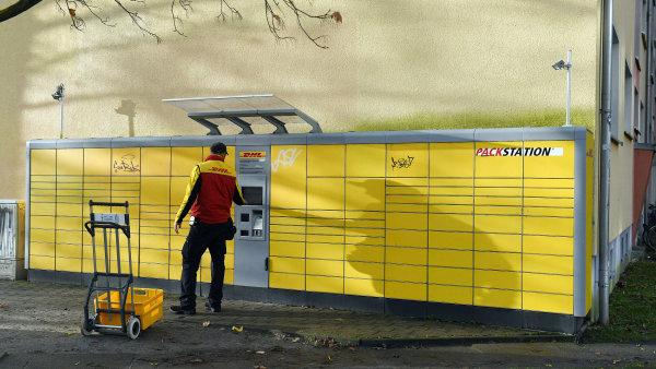 Prostřednictvím těchto schránek pro zásilky společnosti DHL v Postupimi poslal vyděrač balíček s bombou.