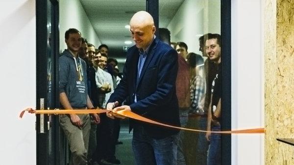 Slavnostní otevření kanceláří - Petr Palas přestřihává pásku
