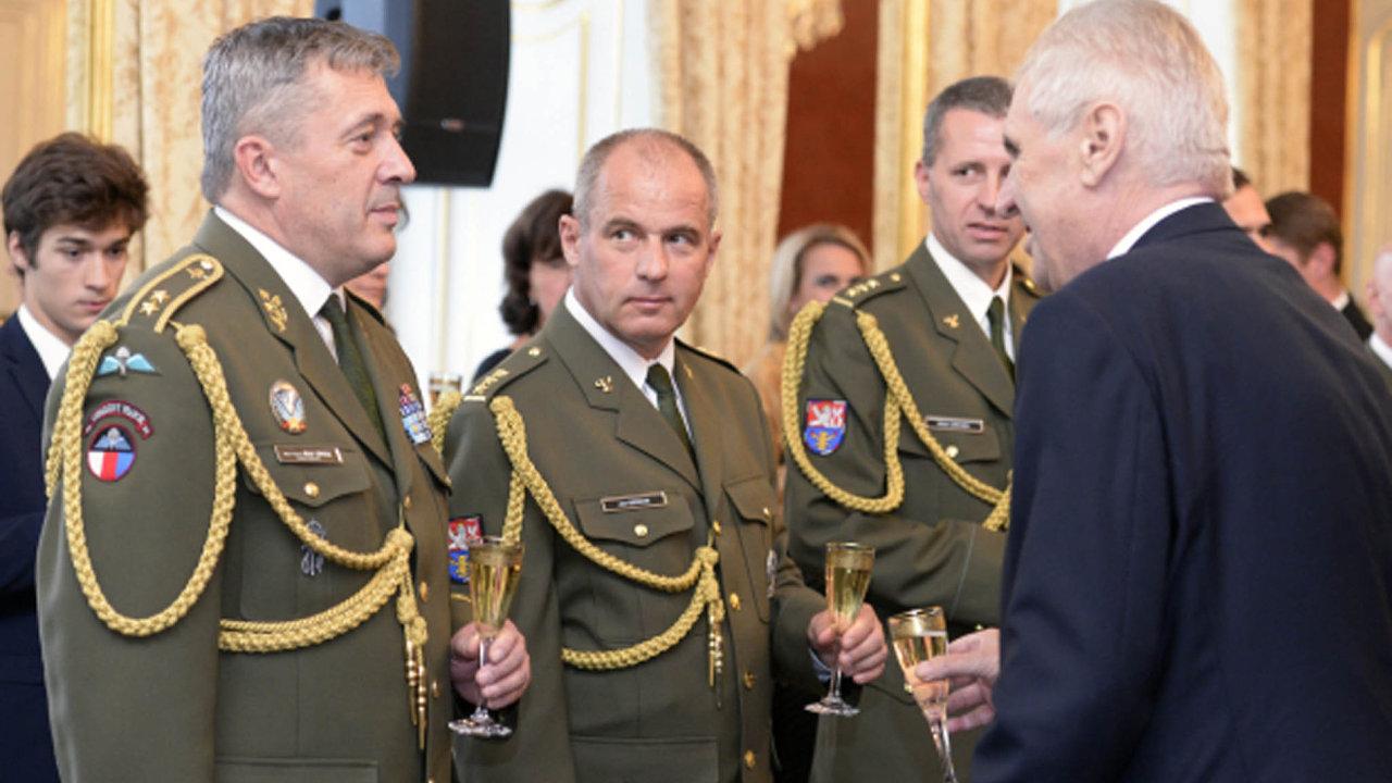 Novým náčelníkem Generálního štábu bude Aleš Opata, oznámila ministryně obrany v demisi Karla Šlechtová (za ANO). Na snímku z 28. října 2017 při jmenování nových generálů první zleva (v uniformě).