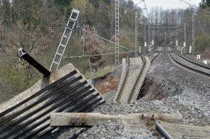 Snímky jako z akčního filmu: U Karlových Varů se propadla železnice, spojení mezi Chebem a Kláštercem nad Ohří je přerušeno