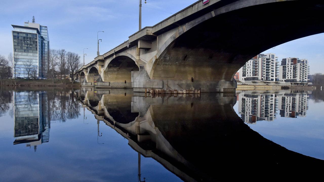 Soustava mostů spojuje Holešovice a Libeň už bezmála 90 let. Na snímku jsou vidět ocelové lampy, které od 80. let
