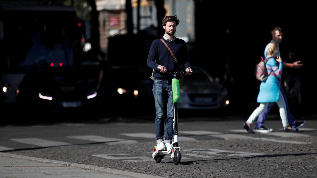Šéf francouzské pobočky společnosti Lime Arthur-Louis Jacquier pózuje s elektrokoloběžkou v ulicích Paříže.