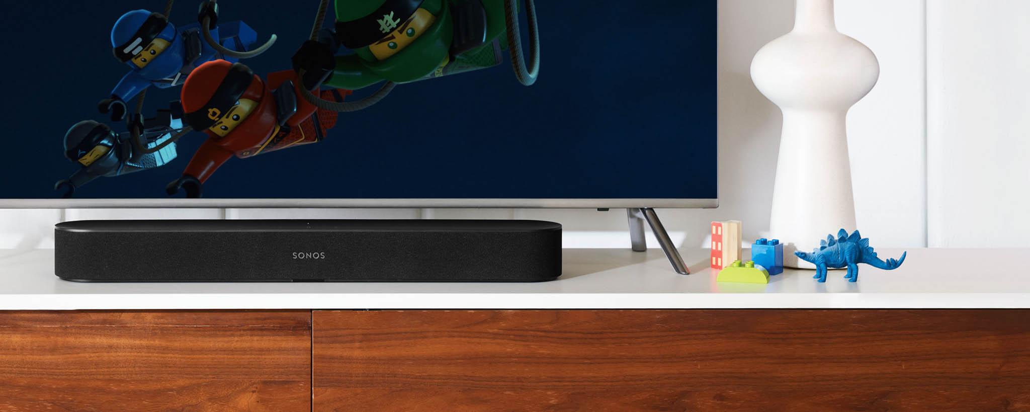 Systém bezdrátových reprosoustav Sonos se rozšířil o soundbar Beam, který si rozumí i s hlasem ovládanou asistentkou od Amazonu nebo s hudební službou Spotify.