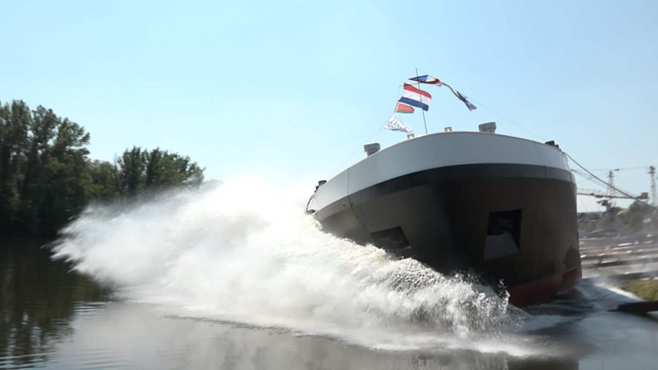 Tanker při spouštění na Labe špatně uvázali. Narazil do druhého břehu