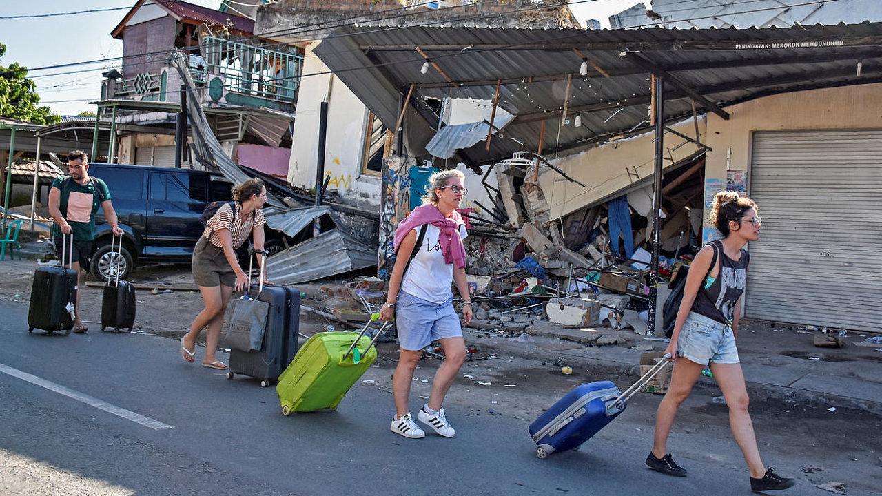 Po ničivém zemětřesení na ostrově Lombok požádalo podle britského deníku The Guardian tamní letiště aerolinky o posílení spojů, které by evakuovaly turisty.