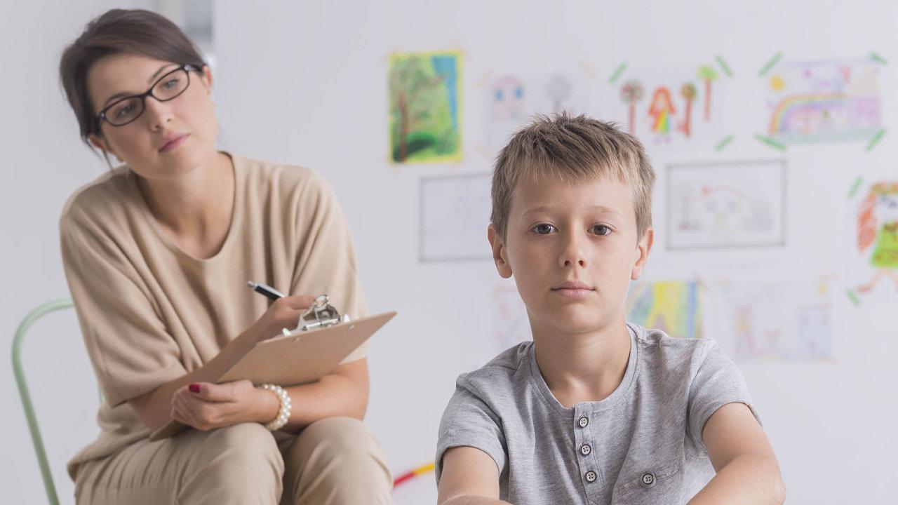 """Vjiném prostředí. Když dítě vyjede zapsychologem zústavu, je to kjeho prospěchu, stejně jako když ho psycholog navštíví jako osoba """"zvenčí""""."""