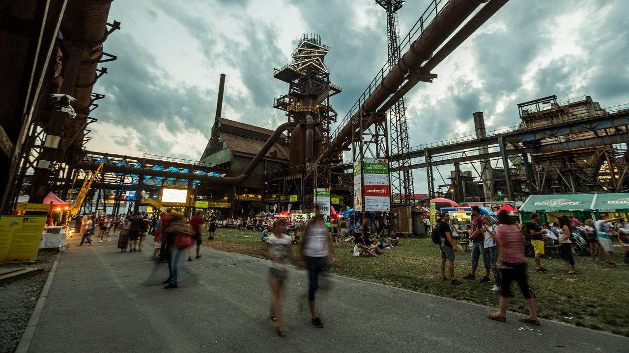 Dooblasti Dolních Vítkovic každoročně zavítají desetitisíce lidí nakultovní festival Colours of Ostrava.