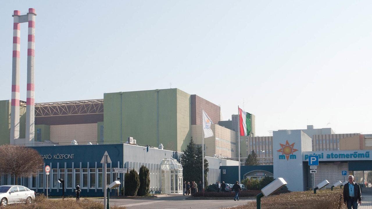 Maďarský příklad? Vedle staré elektrárny Paks mají vyrůst dva nové bloky. Na jejich stavbě se bez soutěže dohodlo Maďarsko sRuskem. Na snímku hlavní vstup do elektrárny Paks.