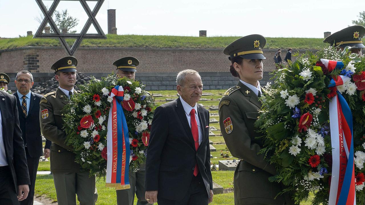 Předseda Senátu Jaroslav Kubera včera promluvil coby hlavní řečník v Terezíně. Na tamním Národním hřbitově účastníci tradiční akce vzpomínali na oběti nacistické perzekuce.