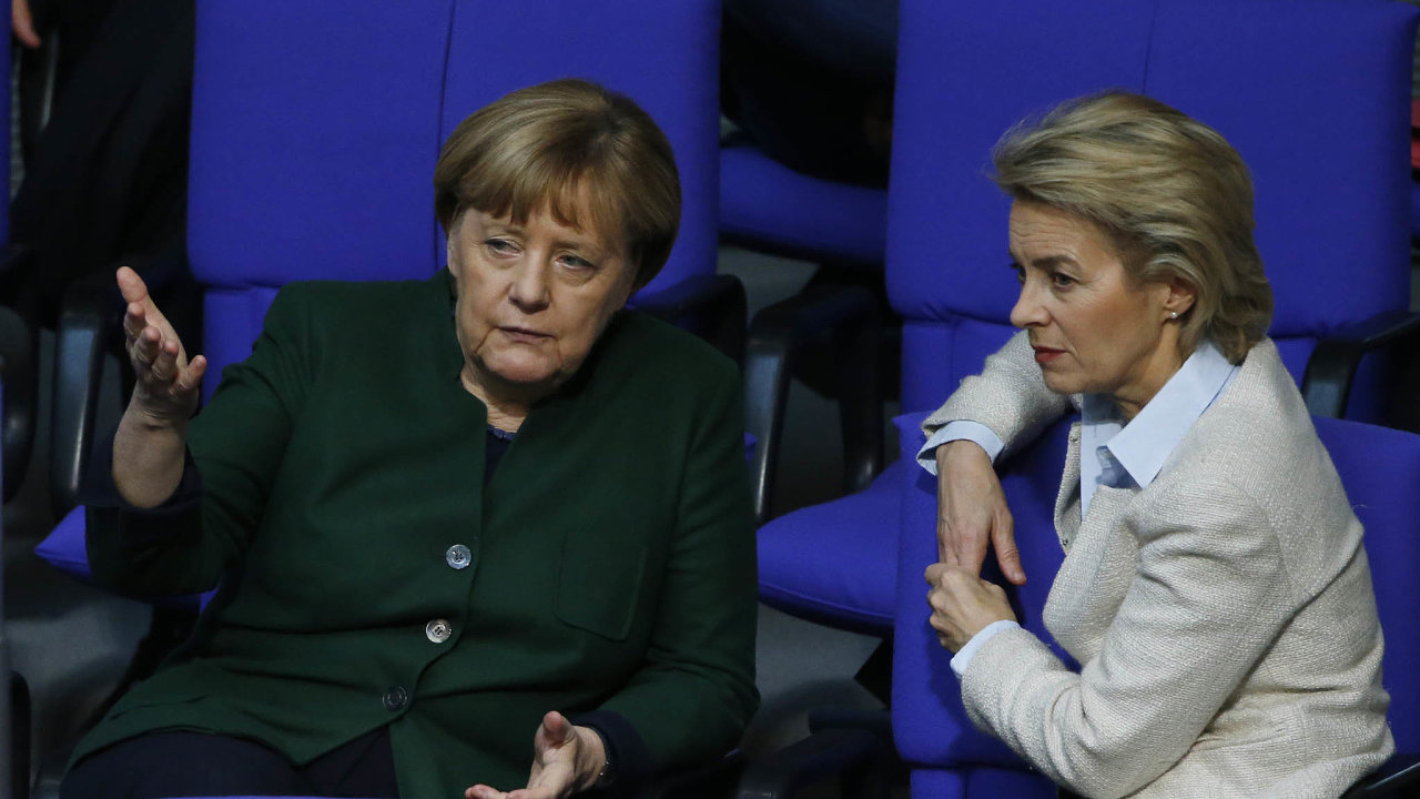 Spolu v čele: Ursula von der Leyenová je jediným člověkem, který zastával ministerský post vevšech vládách Angely Merkelové.