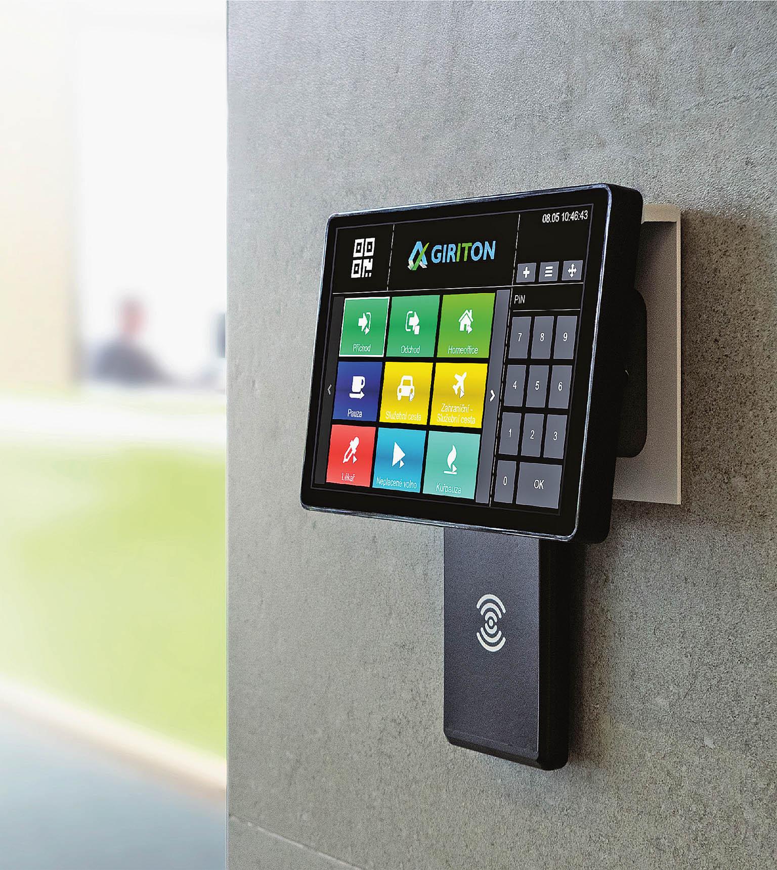 Píchací hodiny pro sledování docházky výrobci vybavují rozměrnými barevnými dotykovými displeji.