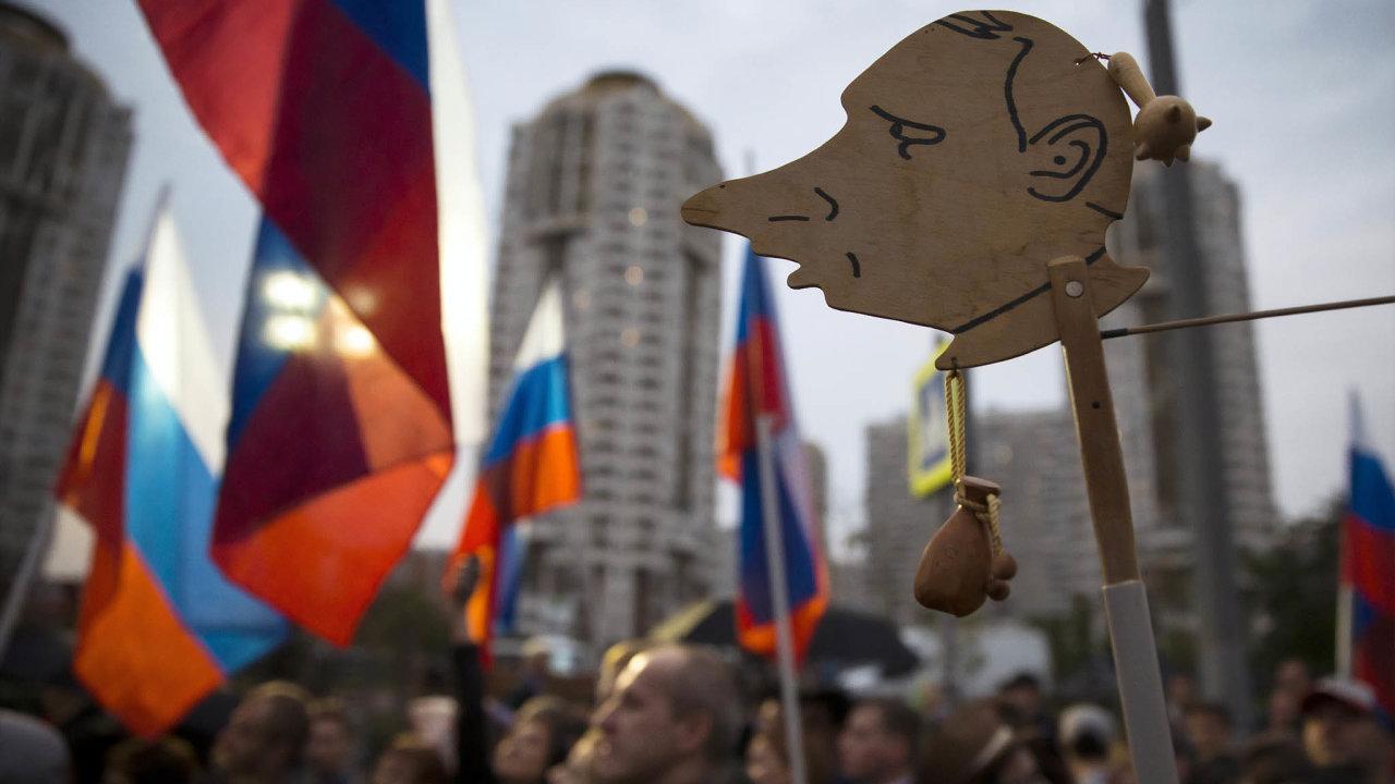Účastník opozičního shromáždění vMoskvě napodzim 2015 vyjádřil svůj názor karikaturou.