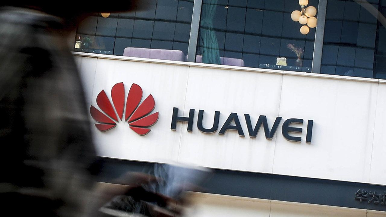 Podle prezidenta Trumpa prý čínská společnost Huawei i nadále ohrožuje americkou národní bezpečnost (ilustrační snímek).
