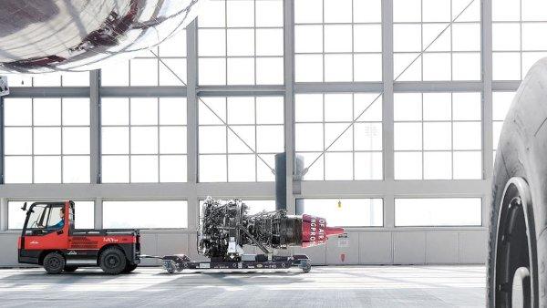 Nový letištní tahač Linde P250 budou pohánět palivové články.