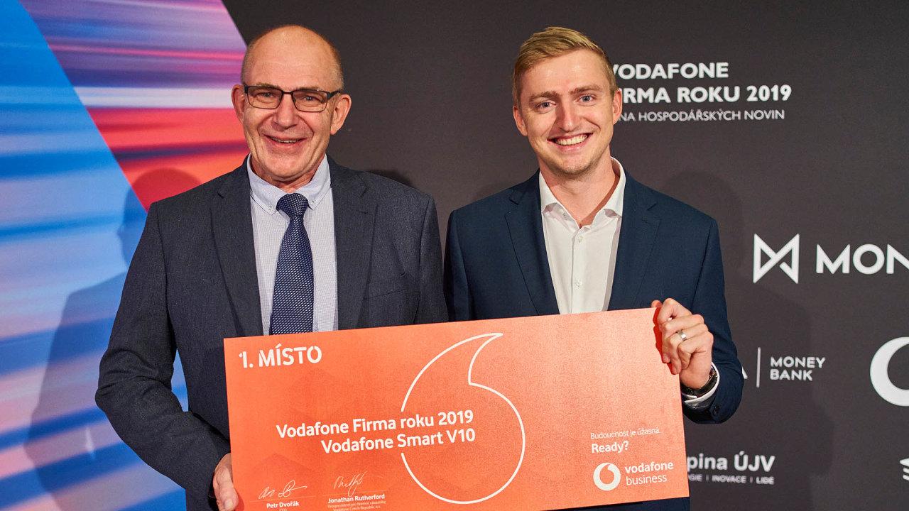 Rodina konkuruje gigantům. Jaromír Hvížďala a Jan Hvížďala, otec a syn, se svou firmou dokážou uspět na trhu, kde působí i Siemens nebo ABB.