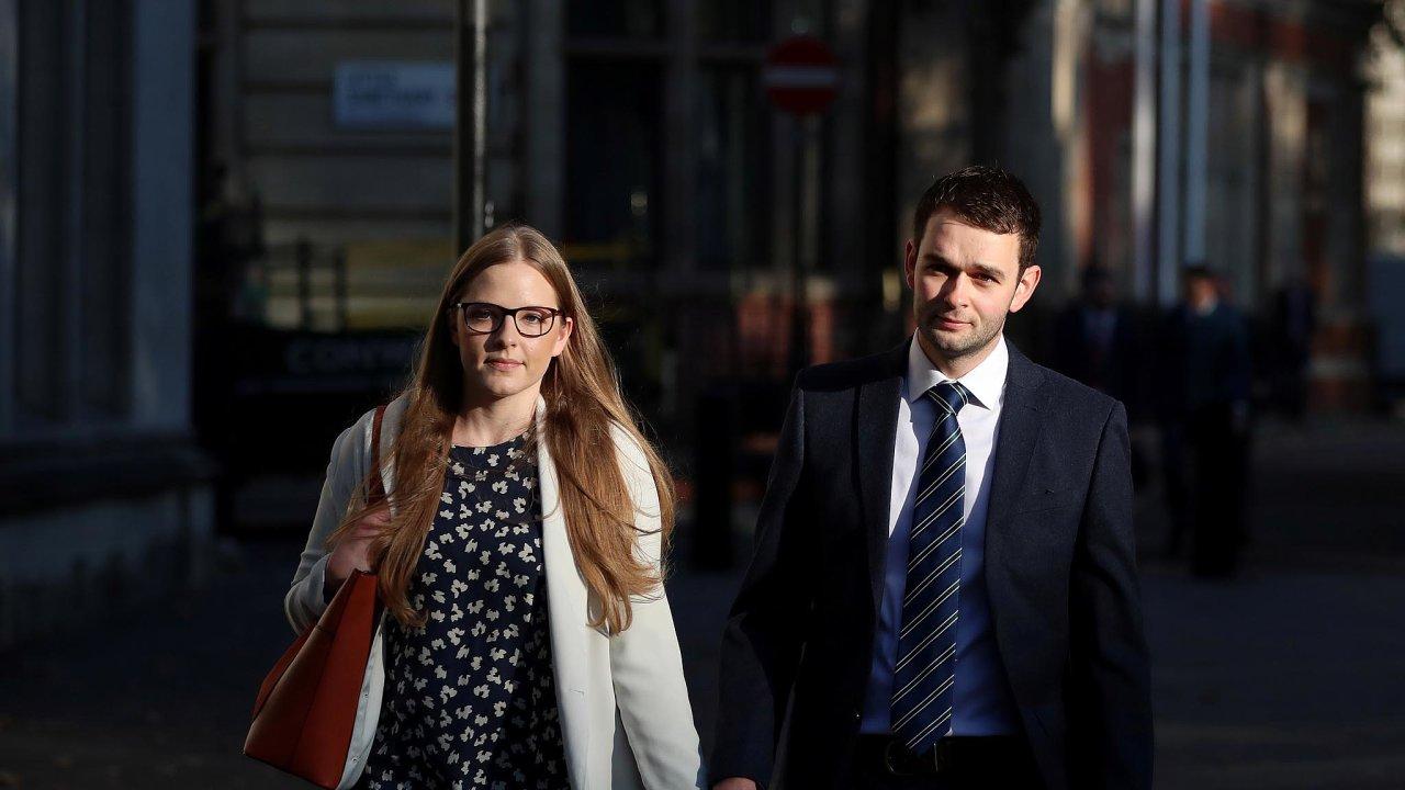 Manželé McArthurovi odcházejí od soudu, který řešil jejich odmítnutí upéct dort s nápisem
