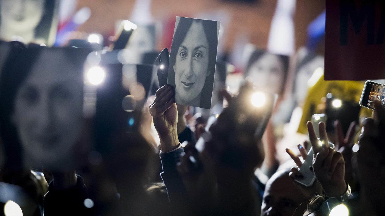Protestující na Maltě drží v rukou portrét zavražděné novinářky.