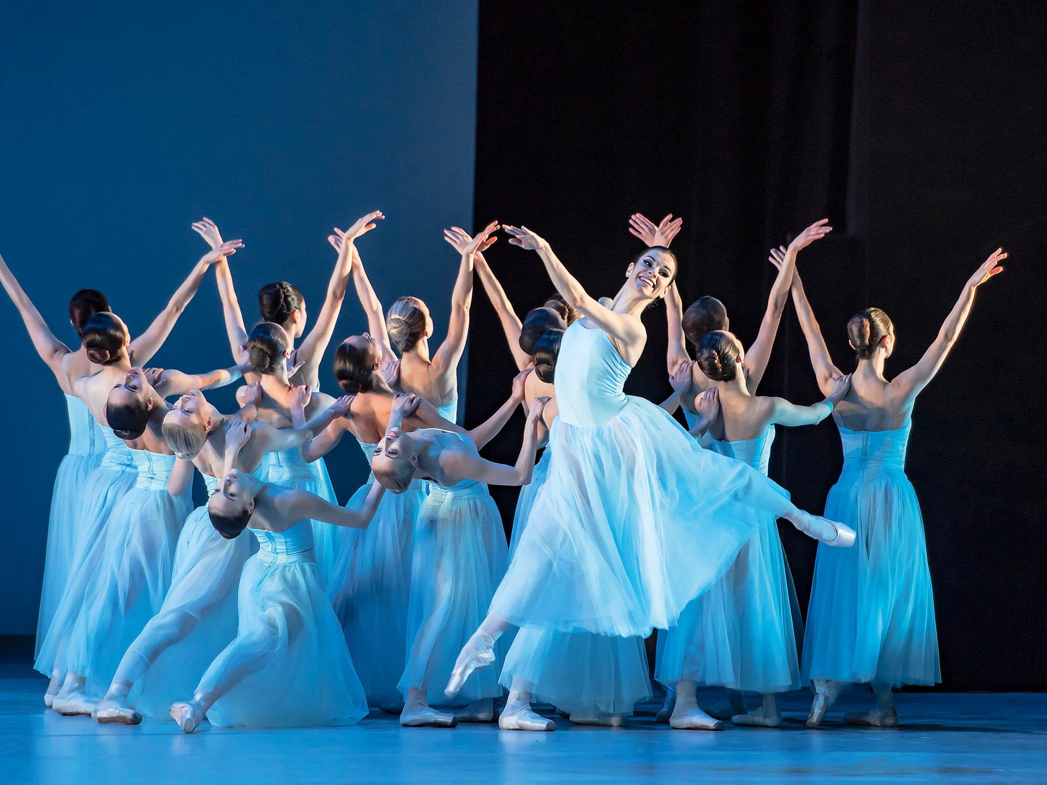 Potříleté rekonstrukci se Balet Národního divadla vrací dobudovy Státní opery. Prvním představením pod vedením nového uměleckého šéfa souboru Filipa Barankiewicze je triptych Timeless.