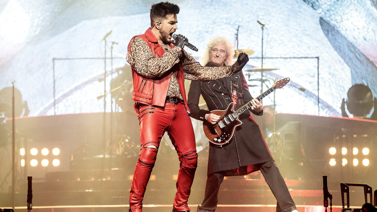 Zbylí členové kapely vroce 2004 angažovali zpěváka Paula Rodgerse, později ho nahradil Adam Lambert (nasnímku skytaristou Brianem Mayem).