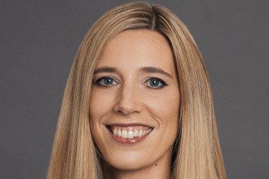 Realitní společnost CBRE Group jmenovala Clare Sheilsovou (36) generální ředitelkou CBRE Czech Republic. Současně ve firmě vede tým pro oceňování nemovitostí atým pro průmyslový sektor.